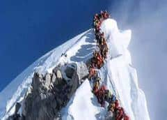 Alpinistas veteranos cuestionan la regulación para frenar las muertes en el Everest