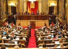 Parlamento catalán inhabilita como legislador al presidente