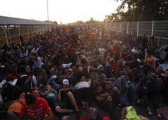 Nuevos miembros de caravana migrante se agolpan en frontera Guatemala-México