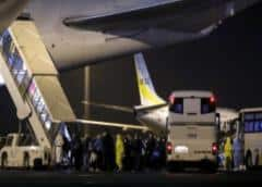 Llega a EEUU el primer avión con estadounidenses evacuados del crucero en cuarentena en Japón
