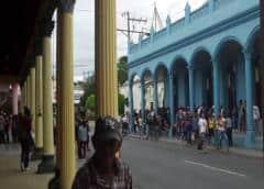 La policía vigila y arresta en colas por desabastecimiento en Cuba