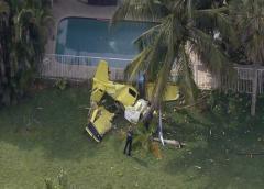 Muere una persona al caer avioneta en un patio de viviendas en EE.UU.