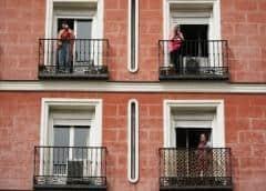 Españoles en cuarentena cacerolean contra rey emérito, piden done millones para lucha coronavirus