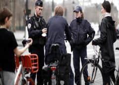Policías franceses amenazan con dejar de trabajar si no les dan mascarillas