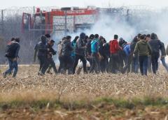 Grecia utiliza gas lacrimógeno con los migrantes en la frontera