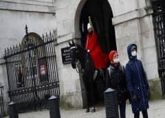 Toser a policías y comerciantes en Reino Unido podría ser condenado con dos años de cárcel