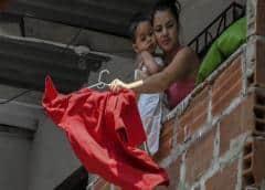 Por qué tantos colombianos han colgado trapos rojos en sus casas en medio de la cuarentena por la pandemia