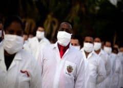 """Más de 200 médicos cubanos llegan a Sudáfrica """"para luchar contra el coronavirus"""""""