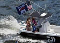 Seguidores de Trump se manifiestan en barco para mostrarle su apoyo