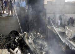 107 muertos al estrellarse avión de pasajeros en barrio residencial de Karachi en Pakistán