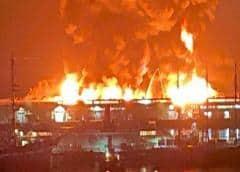 Equipos de bomberos luchan contra incendio masivo de un almacén en un muelle de San Francisco