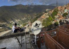 AT&T anunció el martes que abandonará de inmediato el mercado de televisión de paga de Venezuela