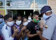 Denuncian corrupción y favoritismo en las colas en Cuba para adquirir alimentos