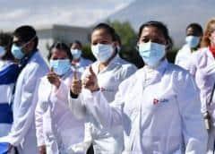 Peruanos sorprendidos por pago de $2.000 a médicos cubanos