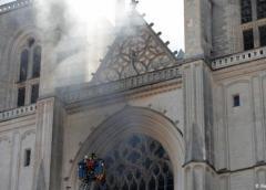 Francia: importante incendio en la catedral de Nantes