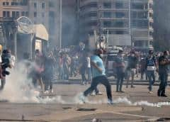 La policía libanesa dispara gas lacrimógeno en una protesta por la explosión