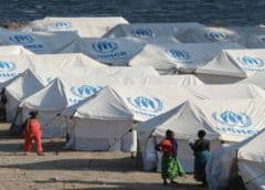 Grecia reubica a pocos migrantes; crisis se complica