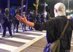 La policía carga contra los manifestantes y la prensa en Portland