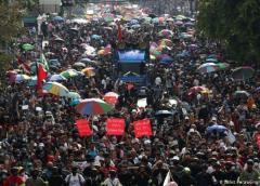 Miles de manifestantes vuelven a las calles de Bangkok para protestar contra el gobierno y la monarquía