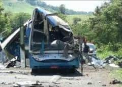 Al menos 40 muertos en Brasil tras choque entre bus y camión