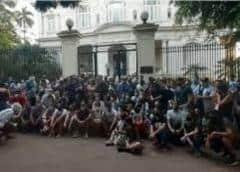 Eran cientos de manifestantes frente el Ministerio de Cultura; hubo diálogo, gas pimienta y corte de electricidad