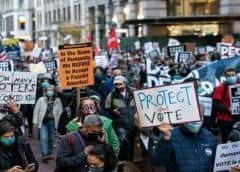 Demandas y protestas mientras estadounidenses esperan