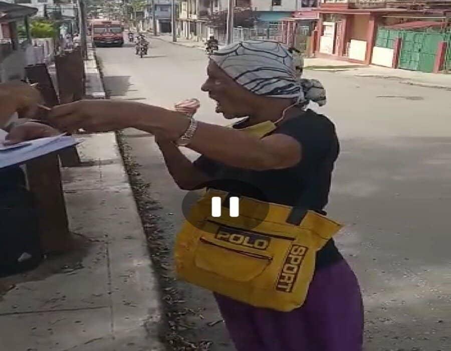 Policía cubana multa a una anciana con 2.000 pesos…¡por tomar helado en la calle!