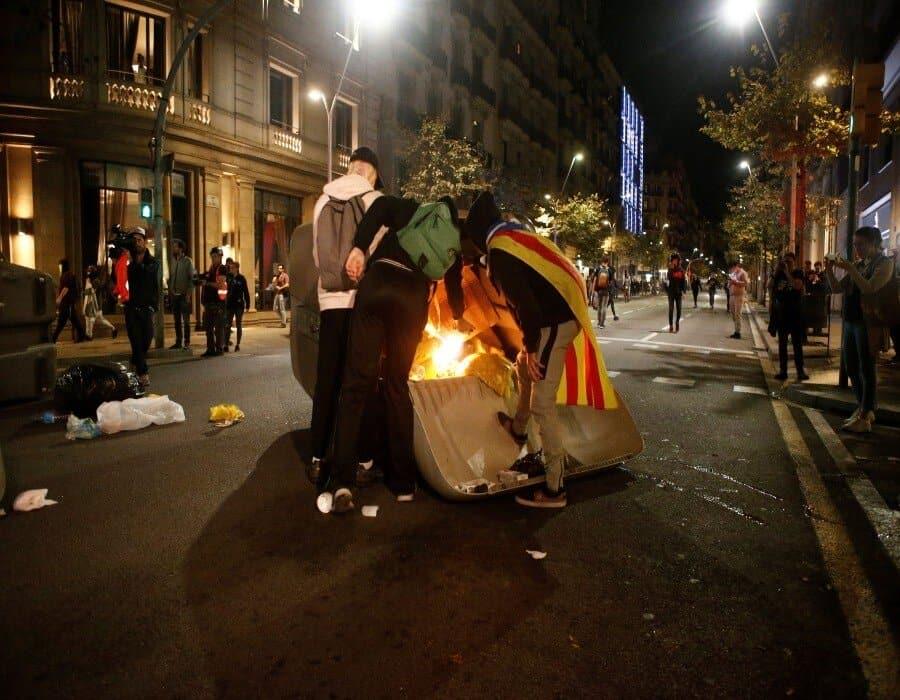 La violencia regresa a Barcelona: los vándalos queman un furgón policial y atacan hoteles y bancos