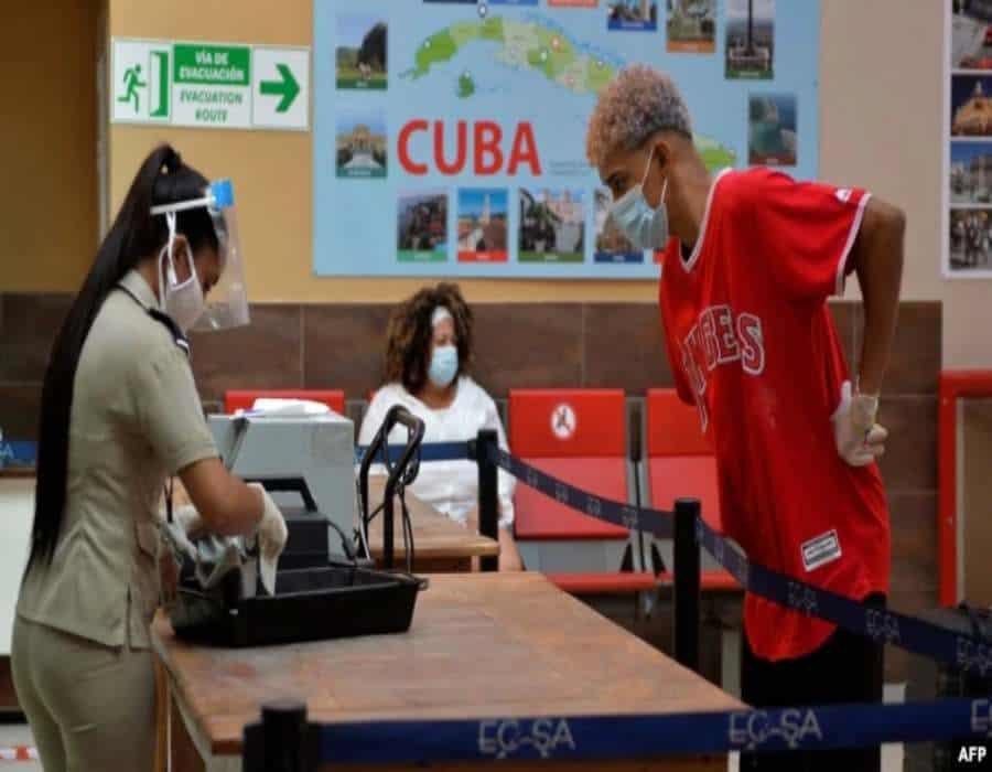 Premier cubano pide a aduaneros buen trato y no prohibir por prohibir