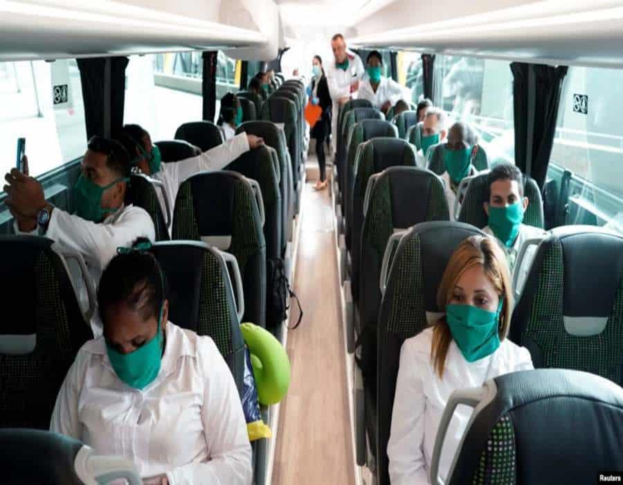 España evita pronunciarse sobre trabajo forzoso de los médicos cubanos, pero sugiere que no los contrataría