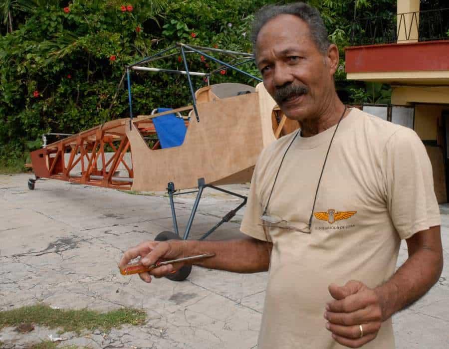 Cubano construye una avioneta biplaza en garaje de su casa
