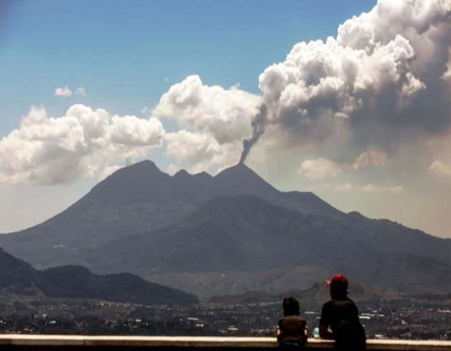 Alertan sobre el avance deríos de lava del volcán Pacaya en Guatemala