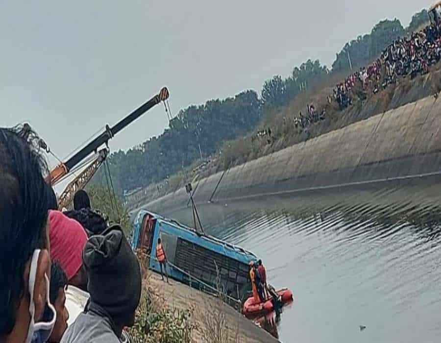 India: 40 muertos tras caer un autobús por un puente