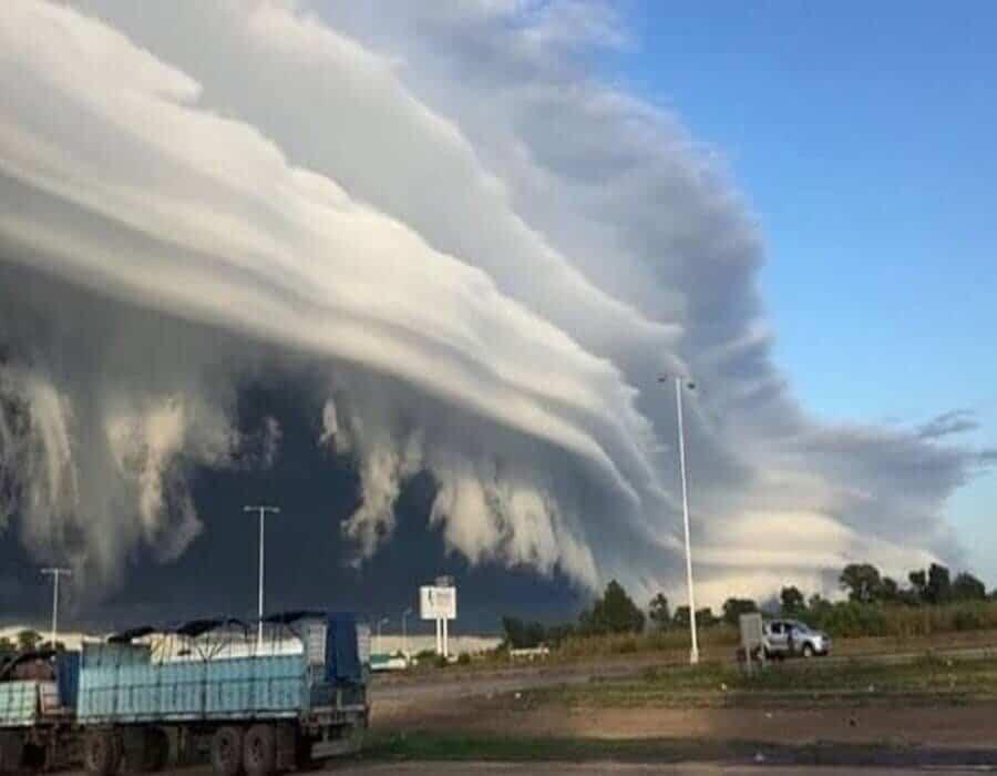 Extraña nube con forma de tubo aparece en Argentina