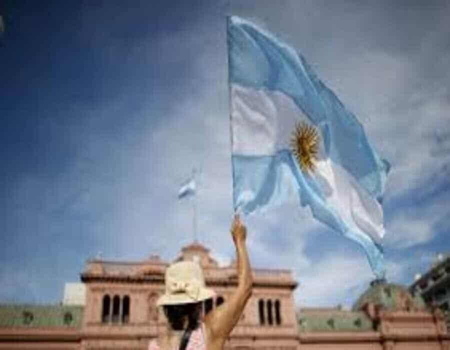 Año de pandemia afecta la imagen de Fernández en Argentina
