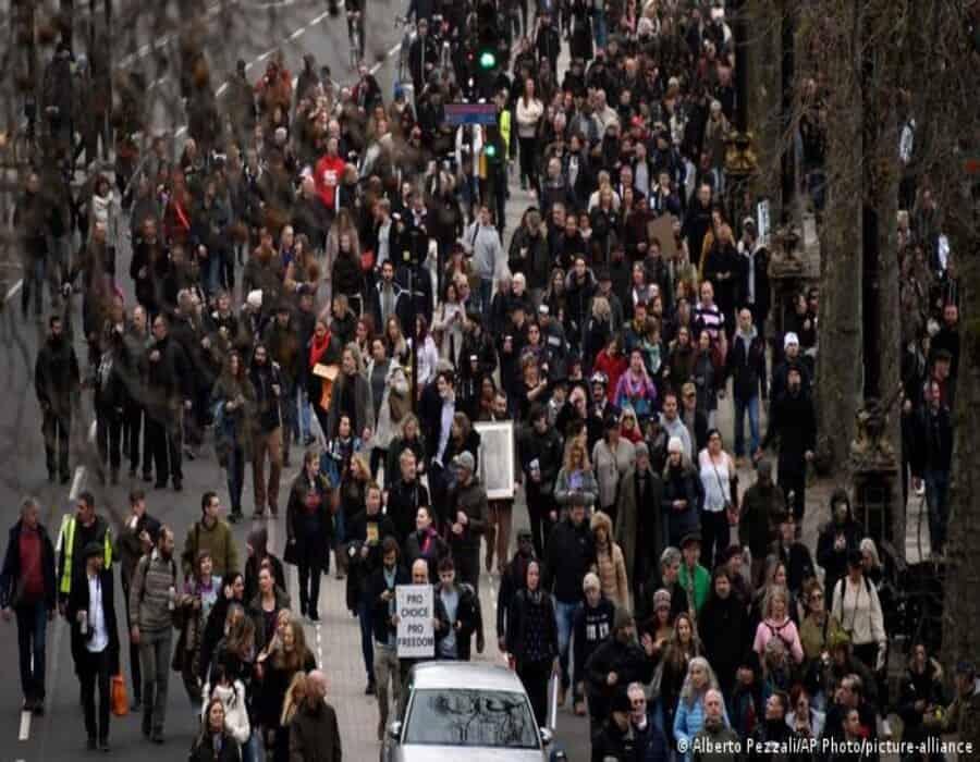 Choques en una ciudad inglesa dejan 20 policías heridos