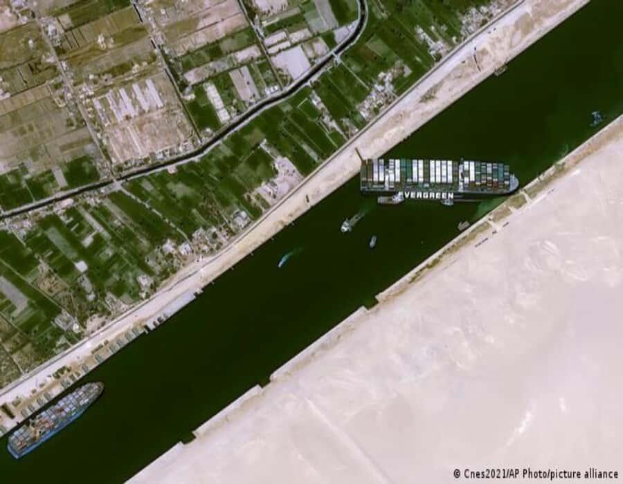 Más de 230 barcos a la espera de poder atravesar el canal de Suez