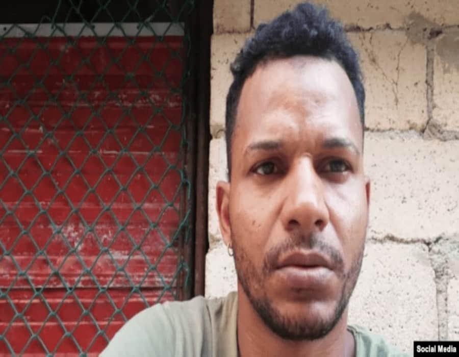 Régimen cubano golpea e intenta ponerle uniforme de reo a intérprete de Patria y Vida