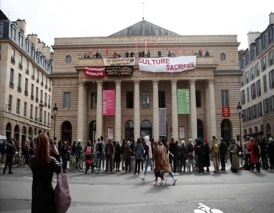 Los artistas franceses ocupan teatros y exigen su reapertura