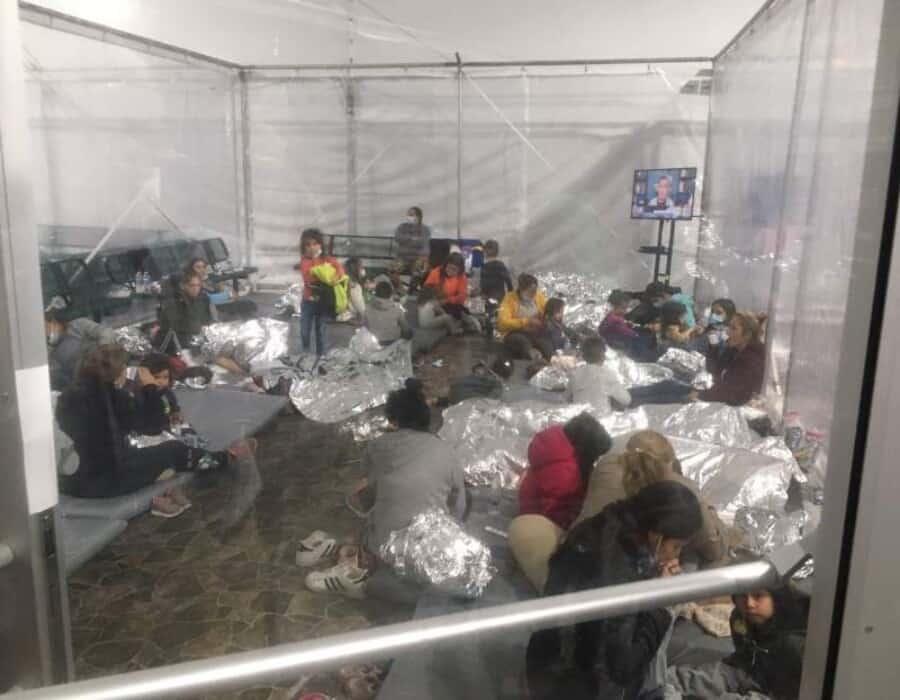 Senadores republicanos recorren zona fronteriza y publican imágenes gráficas de niños en jaulas
