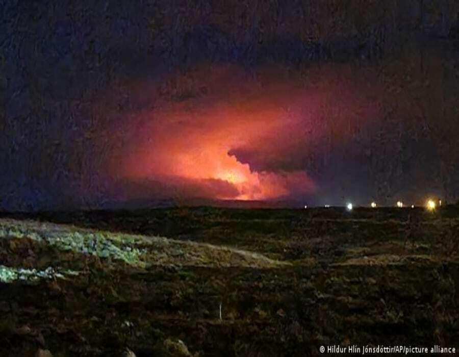 Erupción volcánica ilumina la noche cerca Reikiavik