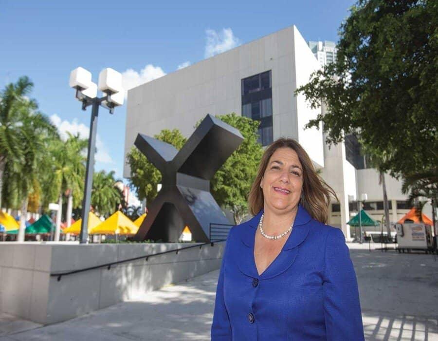 Hija de cubanos, la primera mujer que rige la universidad más grande de EEUU