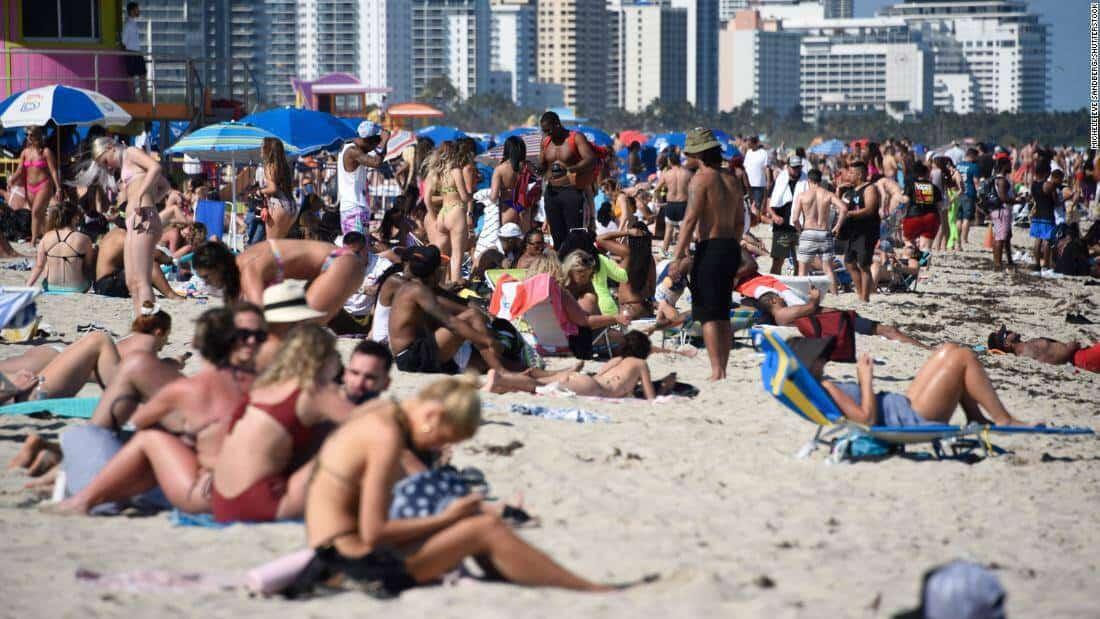 Detenidos y policías heridos tras noche de caos en Miami Beach por Spring Break