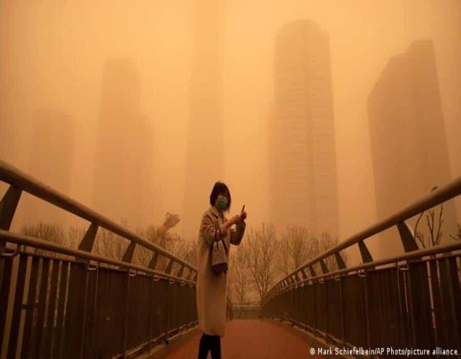 Pekín amanece envuelta en una asfixiante niebla marrón