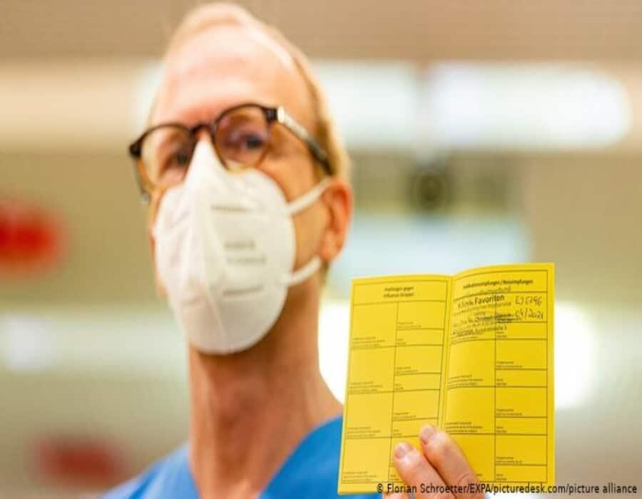 Cuidado con publicar tu tarjeta de vacunación COVID-19. Corres estos peligros