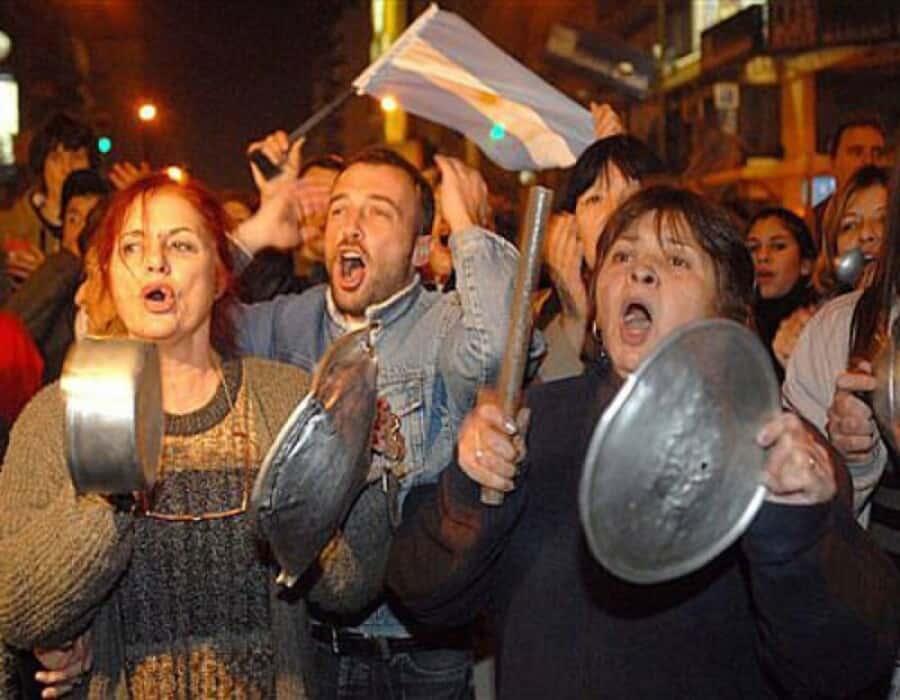 Covid-19: El gobierno argentino anuncia más restricciones, recibidas con cacerolazos