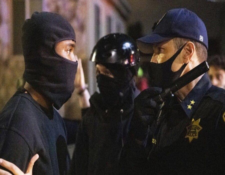 Hospitalizados 4 policías tras una protesta en California