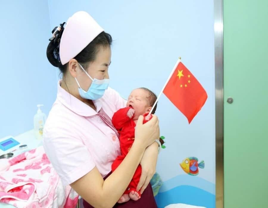 China relaja su política de planificación familiar permitiendo tres hijos por pareja