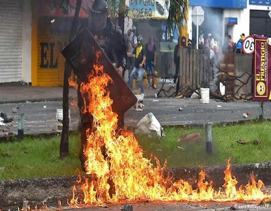 Colombia: noche de caos en Bogotá termina con incendio de puestos policiales
