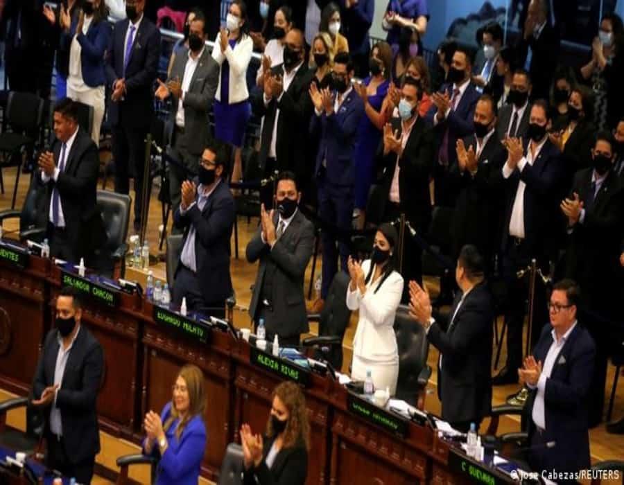 El Salvador: Asamblea Legislativa depone a jueces de la Corte Suprema y al fiscal general
